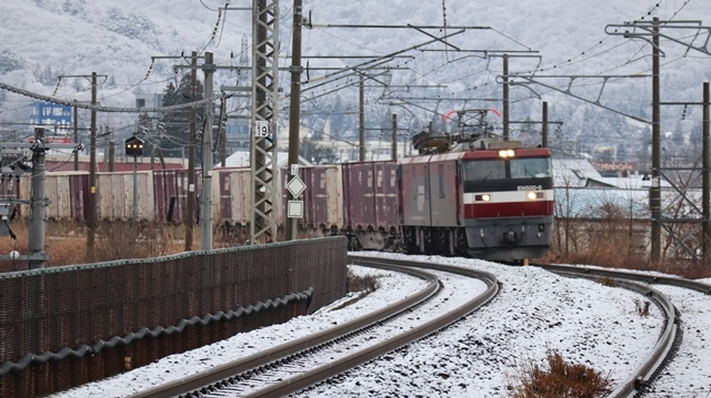 青い森鉄道:東北本線と貨物列車、雪降る北国で懸命に頑張る貨物列車に感動、頑張る姿は美しい・・・貨物列車も火とも頑張る姿に魅了する_d0181492_00284714.jpg