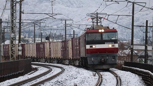 青い森鉄道:東北本線と貨物列車、雪降る北国で懸命に頑張る貨物列車に感動、頑張る姿は美しい・・・貨物列車も火とも頑張る姿に魅了する_d0181492_00285593.jpg
