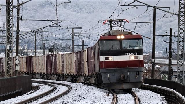 青い森鉄道:東北本線と貨物列車、雪降る北国で懸命に頑張る貨物列車に感動、頑張る姿は美しい・・・貨物列車も火とも頑張る姿に魅了する_d0181492_00290405.jpg