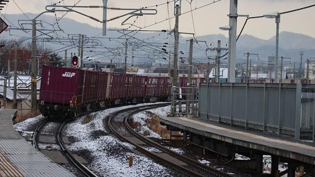 青い森鉄道:東北本線と貨物列車、雪降る北国で懸命に頑張る貨物列車に感動、頑張る姿は美しい・・・貨物列車も火とも頑張る姿に魅了する_d0181492_00291994.jpg