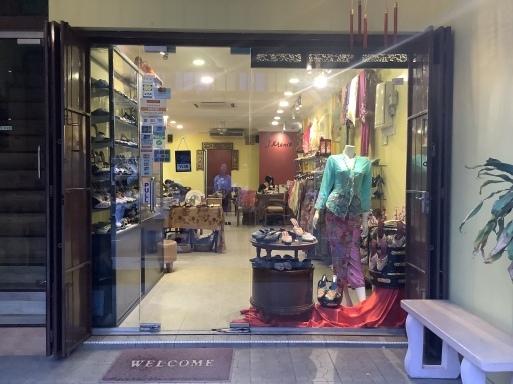 マラッカでビーズサンダルを買う_b0210699_00380932.jpeg
