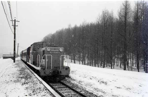 80年代夕張145・遠幌駅に進入する列車_f0173596_11185409.jpg