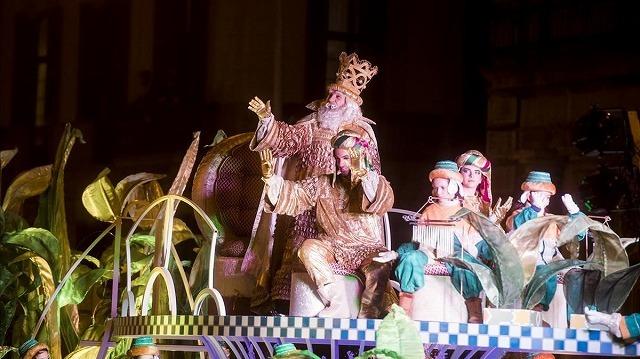 三賢人の前夜祭のパレード_b0064411_22583831.jpg
