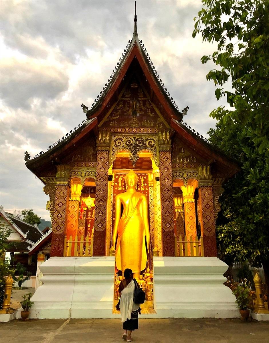 ラオスの旅 12 オレンジ色の托鉢風景_a0092659_22161800.jpg