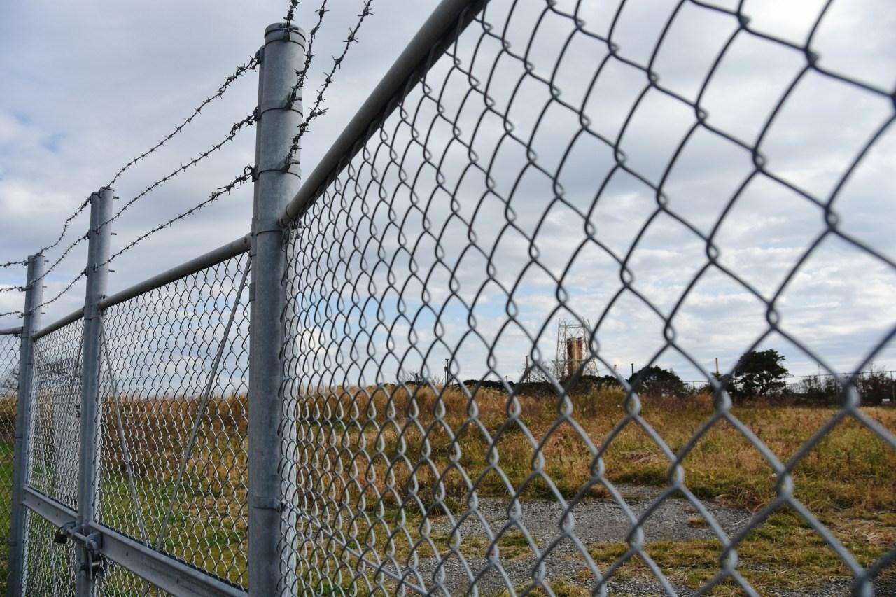 フェンスの向こう・・・_d0065116_22351847.jpg
