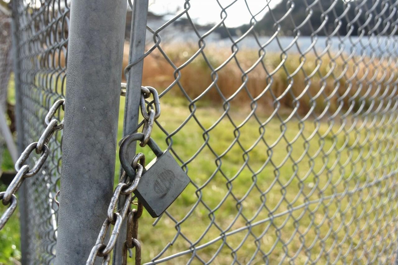 フェンスの向こう・・・_d0065116_22382150.jpg