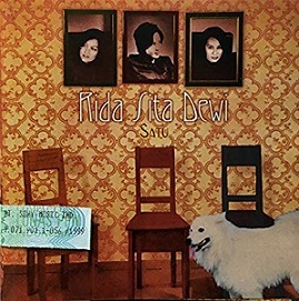 インドネシアの作家/歌手・ディー・レスタリさんのアルバム:Rida Sita Dewi(Satu & Bertiga)_a0054926_11310510.jpg