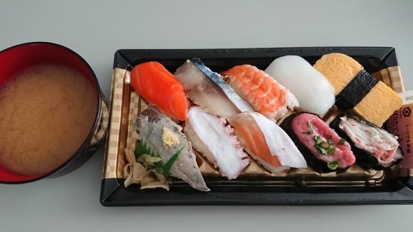 1/8 ファミマ にぎり寿司盛り合わせ10貫 & 半熟玉子とサラダチキンのサラダ_b0042308_12352634.jpg
