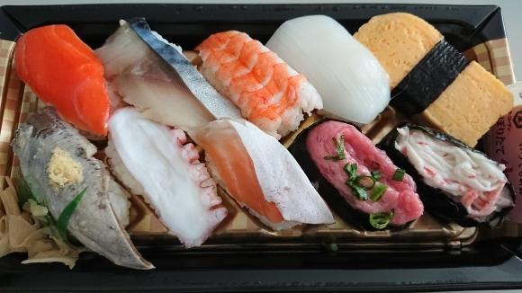 1/8 ファミマ にぎり寿司盛り合わせ10貫 & 半熟玉子とサラダチキンのサラダ_b0042308_12355067.jpg