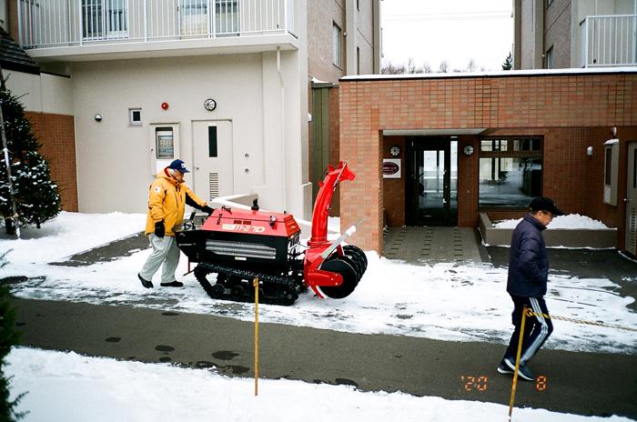 除雪機の保守運転と松の内の管理棟と石楠花_c0182775_1657285.jpg