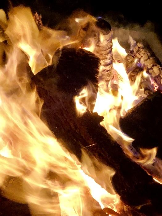 炎の中に梵字かな。  焚き火は心も骨も暖まるなり_d0105967_01212634.jpeg