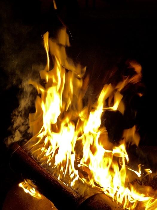炎の中に梵字かな。  焚き火は心も骨も暖まるなり_d0105967_01244568.jpeg