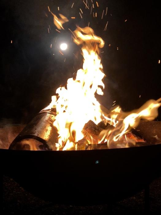 炎の中に梵字かな。  焚き火は心も骨も暖まるなり_d0105967_01270994.jpeg