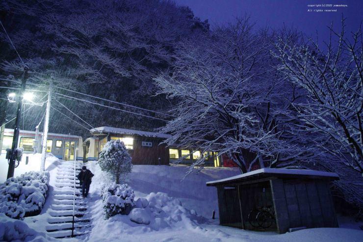 雪降る夜の小駅_d0309612_00480941.jpg