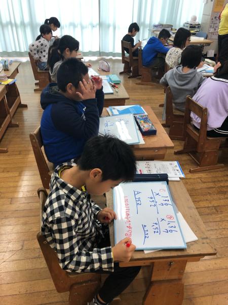 4年生は小数のかけ算を学習しています。_a0131631_08441865.jpg