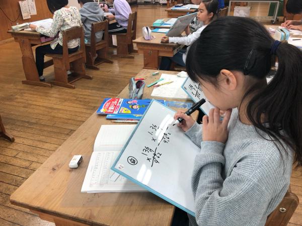 4年生は小数のかけ算を学習しています。_a0131631_08444054.jpg