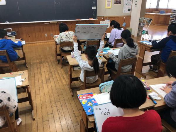 4年生は小数のかけ算を学習しています。_a0131631_08444904.jpg