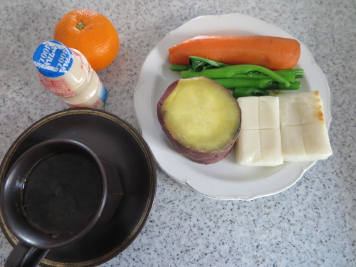 朝:焼鳥、温野菜:🍠・人参・小松菜&コーヒー 昼:炙り焼、味噌焼き🍙、焼鳥ももタレ&飲むヨーグルト 夜:鶏つくね鍋_c0075701_19141414.jpg