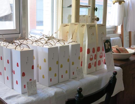 紙とお菓子と刺繍_e0407037_13484945.jpg