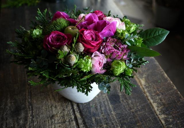 お誕生日の女性へのアレンジメント。「ピンク系で」。澄川2条にお届け。2020/01/04。_b0171193_23342156.jpg