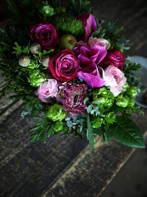 お誕生日の女性へのアレンジメント。「ピンク系で」。澄川2条にお届け。2020/01/04。_b0171193_23342419.jpg