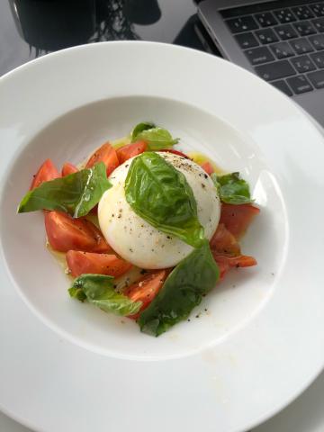 トマトとモッツァレラのカプレーゼ_b0099226_13270446.jpg