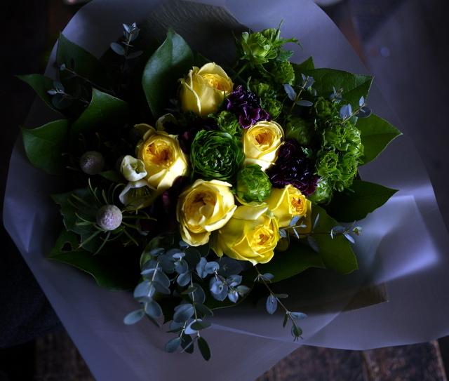 お誕生日の女性への花束。「黄色のバラをメインで」。西14にお届け。2020/01/06。_b0171193_00011852.jpg