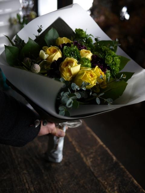 お誕生日の女性への花束。「黄色のバラをメインで」。西14にお届け。2020/01/06。_b0171193_00012524.jpg