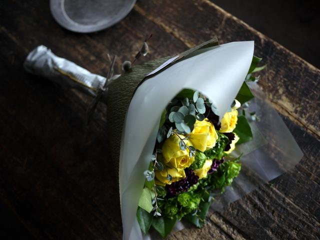 お誕生日の女性への花束。「黄色のバラをメインで」。西14にお届け。2020/01/06。_b0171193_00012877.jpg