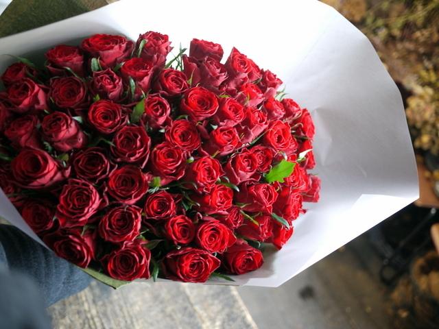 お誕生日の女性へ花束。「赤バラ60本で」。北25条にお届け。2020/01/08。_b0171193_00081081.jpg