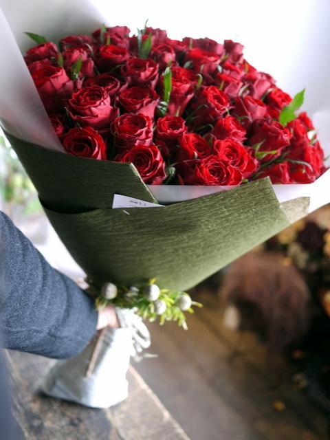 お誕生日の女性へ花束。「赤バラ60本で」。北25条にお届け。2020/01/08。_b0171193_00081502.jpg