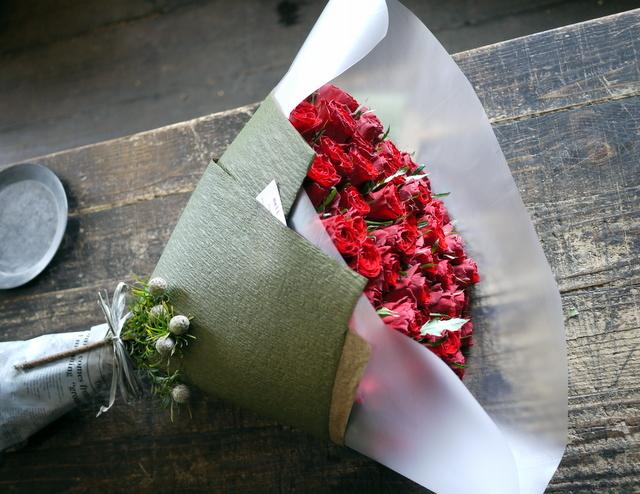 お誕生日の女性へ花束。「赤バラ60本で」。北25条にお届け。2020/01/08。_b0171193_00081881.jpg