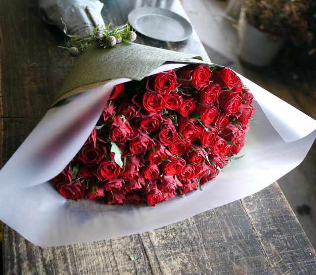 お誕生日の女性へ花束。「赤バラ60本で」。北25条にお届け。2020/01/08。_b0171193_00082645.jpg