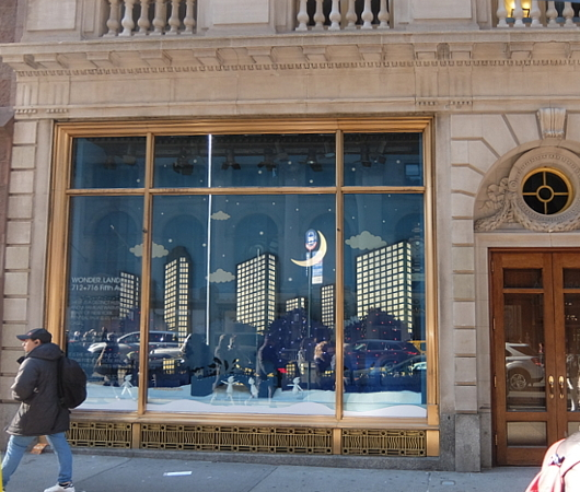 NY五番街に史上初めてエリアを活気づけるためのホリデー・ウィンドウ_b0007805_12173337.jpg