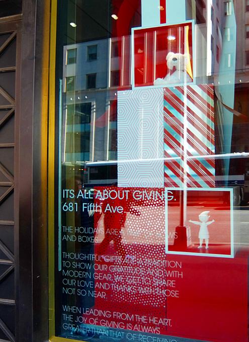 NY五番街に史上初めてエリアを活気づけるためのホリデー・ウィンドウ_b0007805_12183877.jpg
