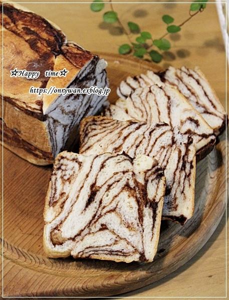 ほぐし鮭とハムステーキ弁当とチョコシートで折込み食パン♪_f0348032_18045297.jpg