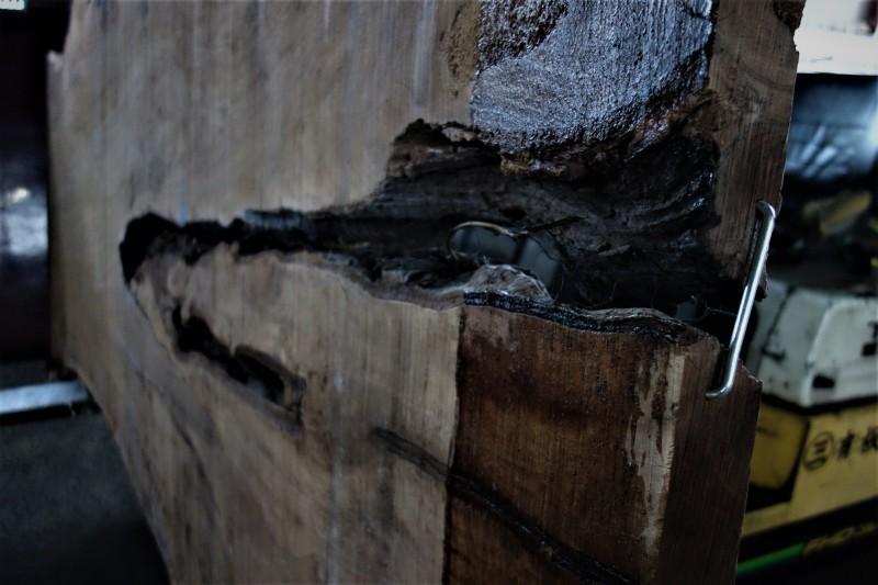 割れがつくる景色 割れた板、割れた柱_e0156341_07030681.jpg