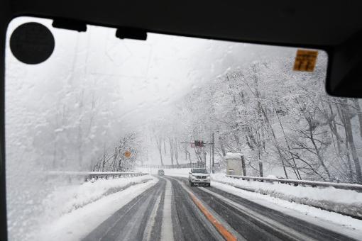 雪道帰る_e0414191_05462614.jpg