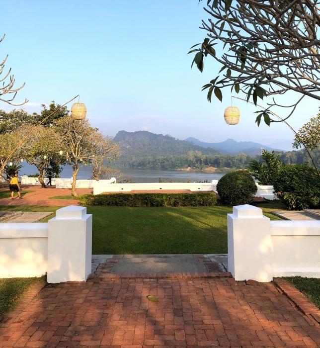 ラオスの旅 14  朝食はメコン川を眺めながら♪_a0092659_15021599.jpg