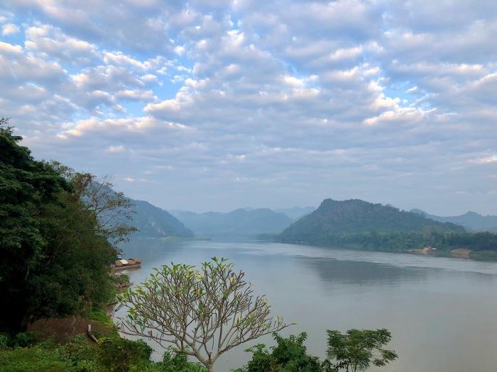 ラオスの旅 14  朝食はメコン川を眺めながら♪_a0092659_15372273.jpg