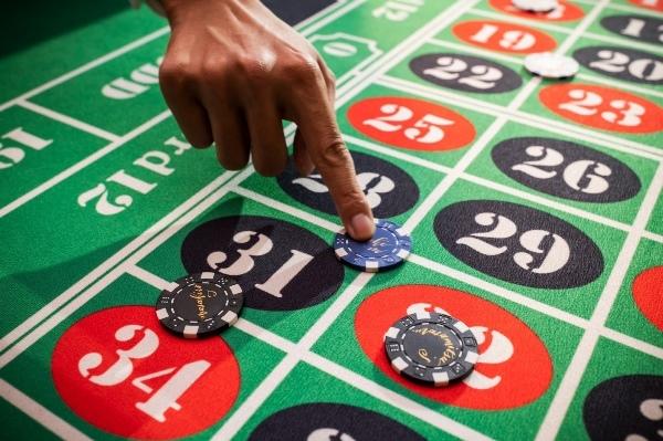 モダンカリグラフィー☆ウェディング カジノチップ席札と濃紺のテーブルナンバー_b0165872_19270293.jpg
