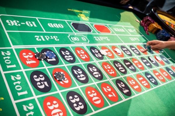 モダンカリグラフィー☆ウェディング カジノチップ席札と濃紺のテーブルナンバー_b0165872_19270678.jpg
