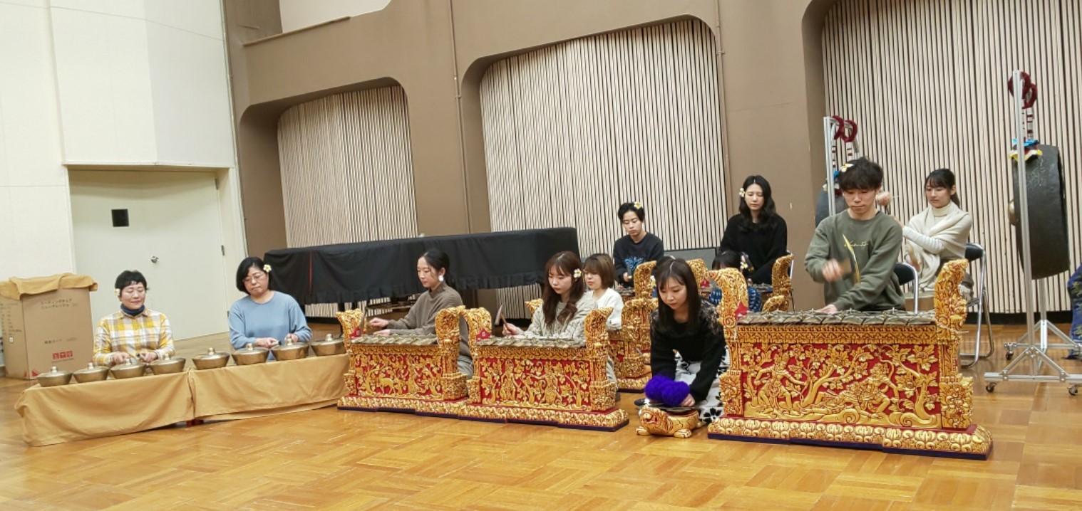 ガムラン授業仕上げの演奏からの昼休み民族音楽ライブ_e0017689_18485413.jpg
