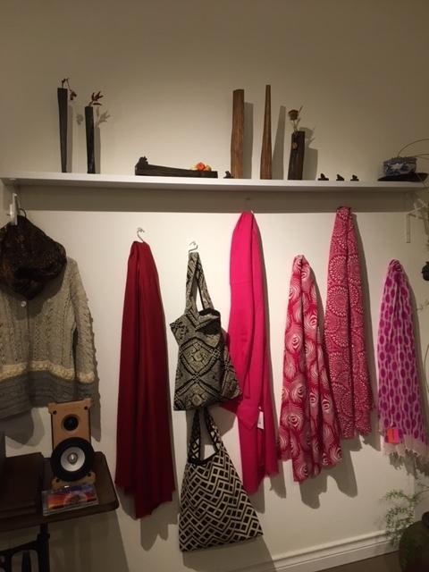 セッティングが完了しました。明日から「手紡ぎ手編み 長谷川紫津江の贅沢セーター」始まります。_a0112812_20483730.jpg