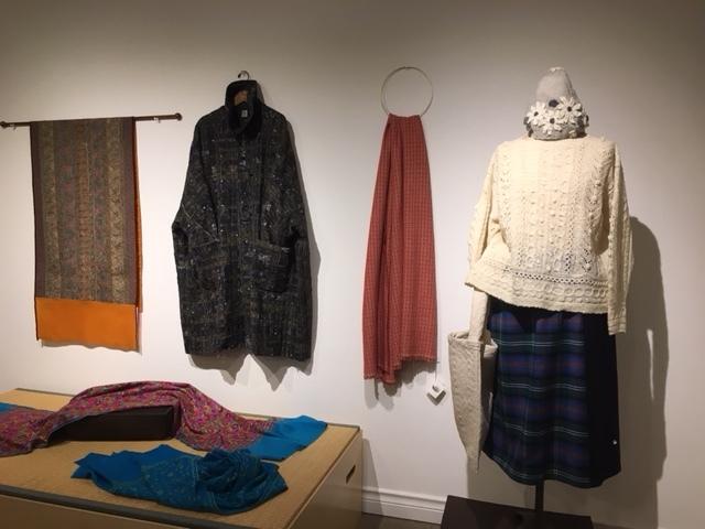 セッティングが完了しました。明日から「手紡ぎ手編み 長谷川紫津江の贅沢セーター」始まります。_a0112812_20484857.jpg
