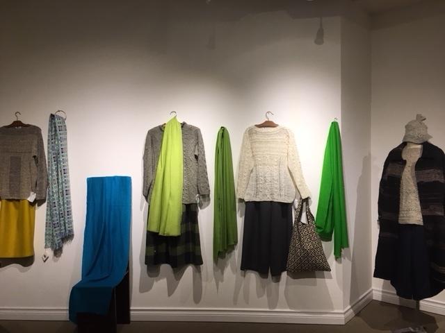 セッティングが完了しました。明日から「手紡ぎ手編み 長谷川紫津江の贅沢セーター」始まります。_a0112812_20485953.jpg