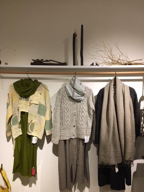 セッティングが完了しました。明日から「手紡ぎ手編み 長谷川紫津江の贅沢セーター」始まります。_a0112812_20490905.jpg