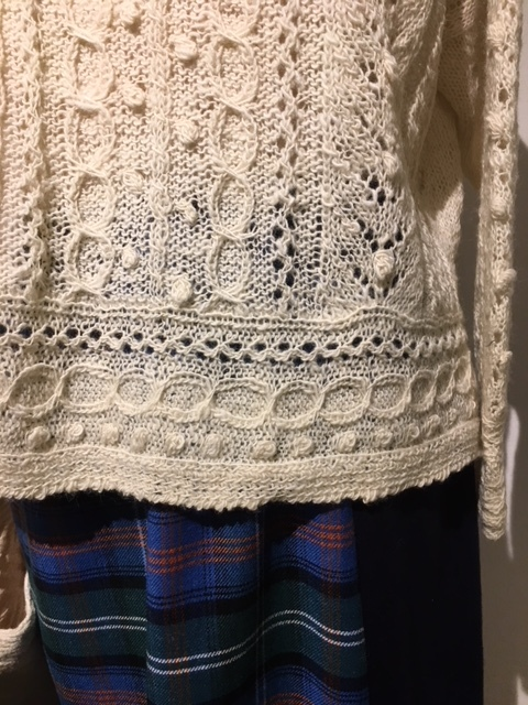 セッティングが完了しました。明日から「手紡ぎ手編み 長谷川紫津江の贅沢セーター」始まります。_a0112812_20492381.jpg