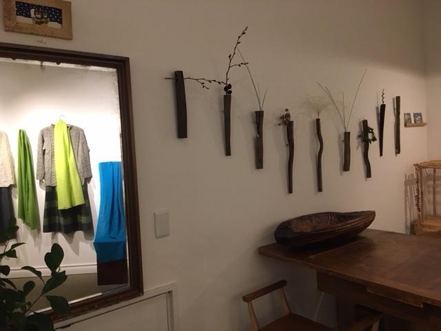 セッティングが完了しました。明日から「手紡ぎ手編み 長谷川紫津江の贅沢セーター」始まります。_a0112812_20493166.jpg