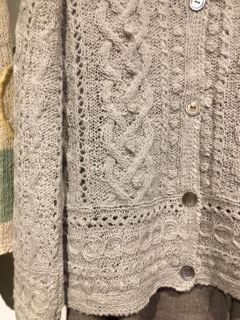 セッティングが完了しました。明日から「手紡ぎ手編み 長谷川紫津江の贅沢セーター」始まります。_a0112812_20494558.jpg